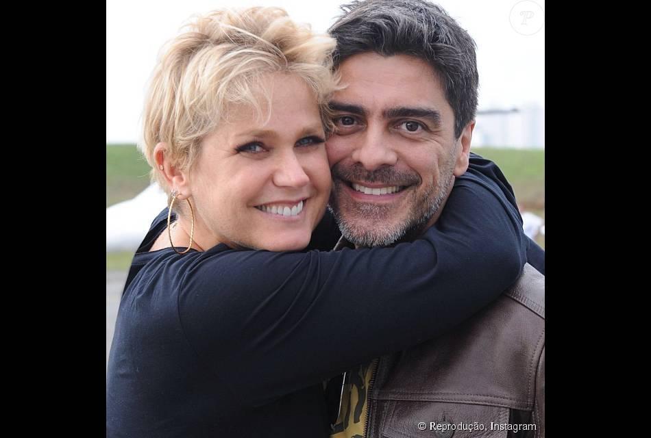 Seguidores de Junno Andrade criticam visual de Xuxa Meneghel e o ator defende a namorada