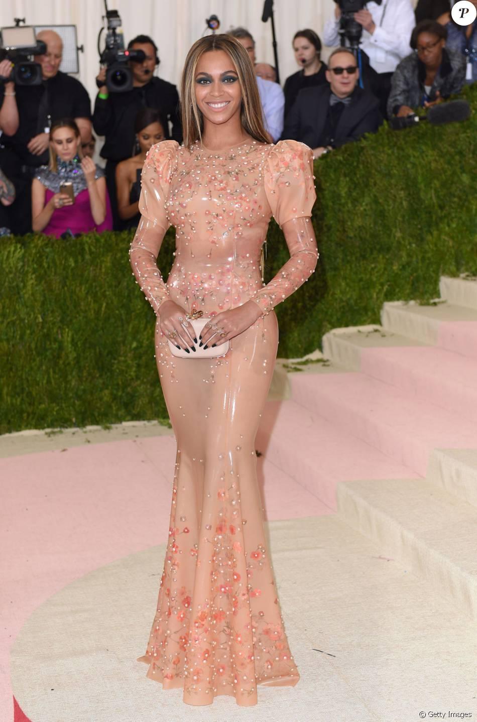 Resultado de imagem para vestido de latex famosas