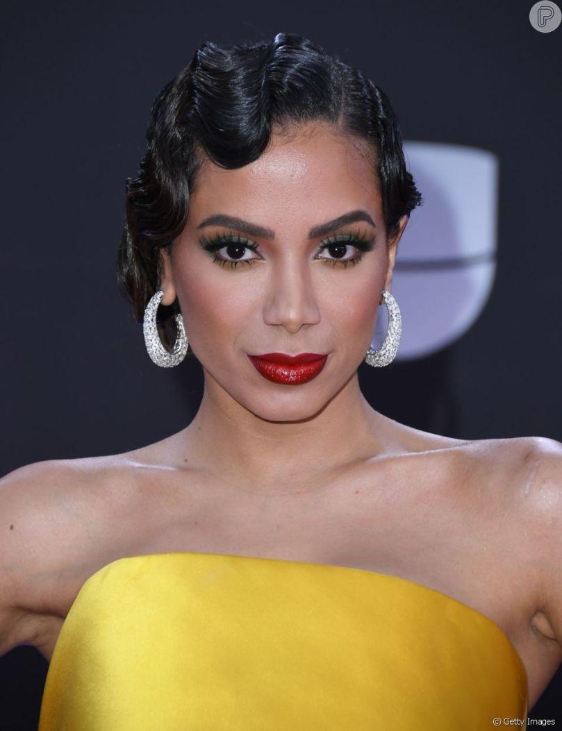Maquiagem com batom vermelho: a cantora Anitta apostou em uma opção com  fundo escuro e efeito glossy em premiação - Purepeople