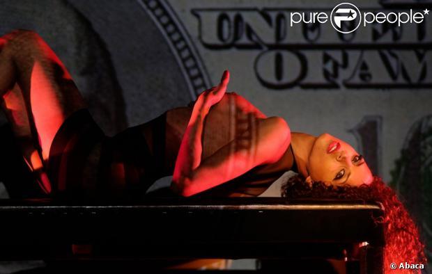 L'actrice/mannequin Noémie Lenoir, captivante, prend possession du Crazy Horse. Paris, le 29 mai 2013.