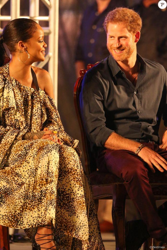 """Le prince Harry et Rihanna assistent au Mega Concert organisé pour le 50ème anniversaire de l'indépendance de la Barbade, en présence du premier ministre Freundel Stuart, au stade Kensington Oval. Le prince Harry a également décoré Jamilla Sealy du """"Queen's Young Leader Award 2017"""". Bridgetown, le 30 novembre 2016."""