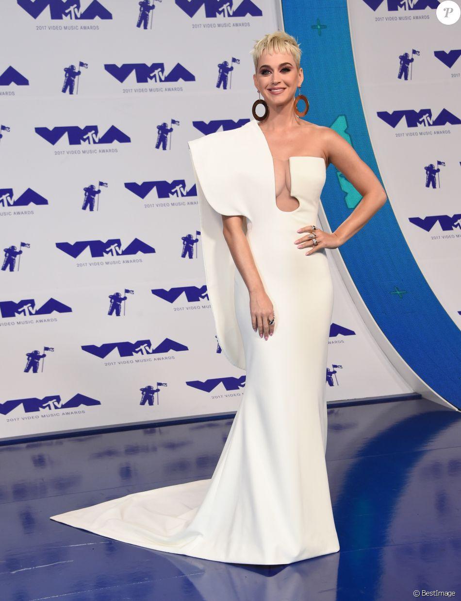 Katy Perry, habillée d'une robe Haute Couture Stephane Rolland (collection automne-hiver 2017) assiste aux MTV Video Music Awards 2017 au Forum. Inglewood, le 27 août 2017.