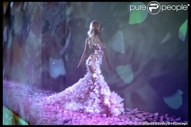 La présentation de la collection de lingerie de Zahia Dehar pendant la Fashion Week printemps-été 2012 au Palais de Chaillot à Paris le 25 janvier 2012