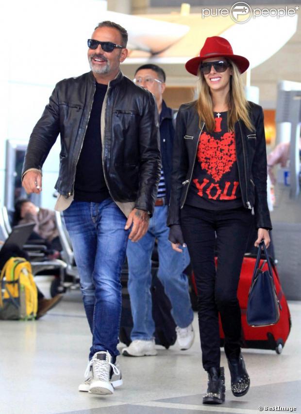 Le designer Christian Audigier et sa fiancée Nathalie Sorensen à l'aéroport de Los Angeles pour prendre un vol en direction de Paris, le 5 mai 2013