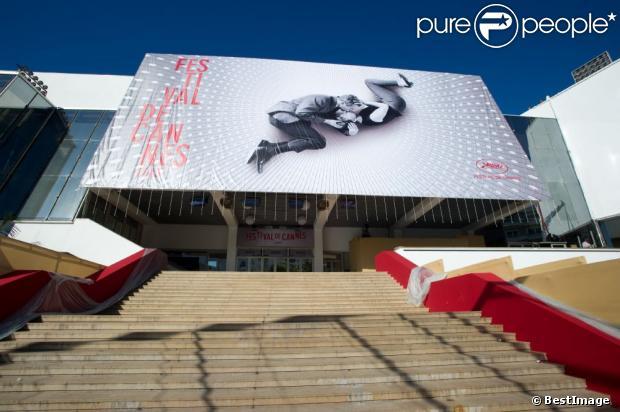 L'affiche officielle fixée ce lundi matin sur le Palais des Festivals par des alpinistes.