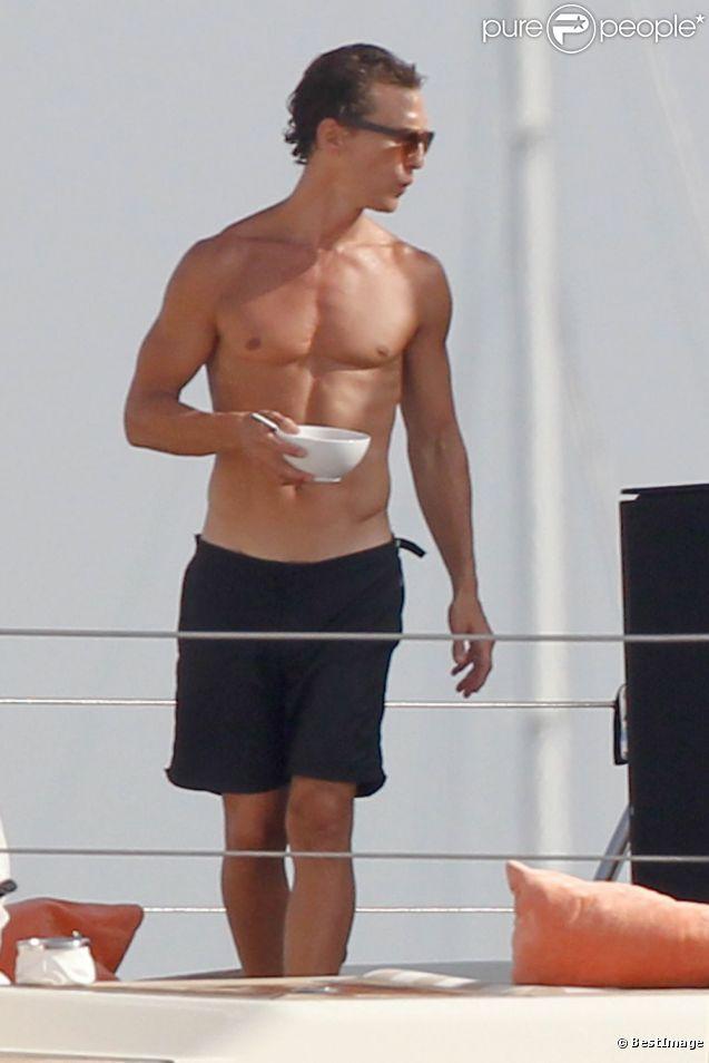 Matthew McConaughey profite de ses vacances à Ibiza sur le bateau