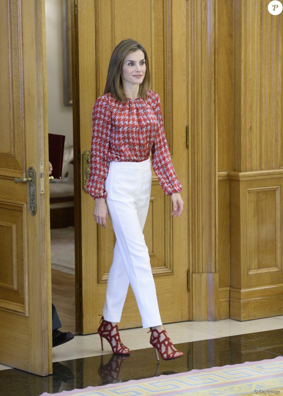 la reine letizia d espagne haut carolina herrera chaussures mango en audience