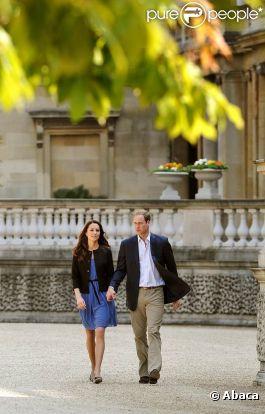 Kate Middleton et le Prince William dans les jardins de Buckingham Palace, au lendemain de leur mariage, le 30 avril 2011, à Londres.