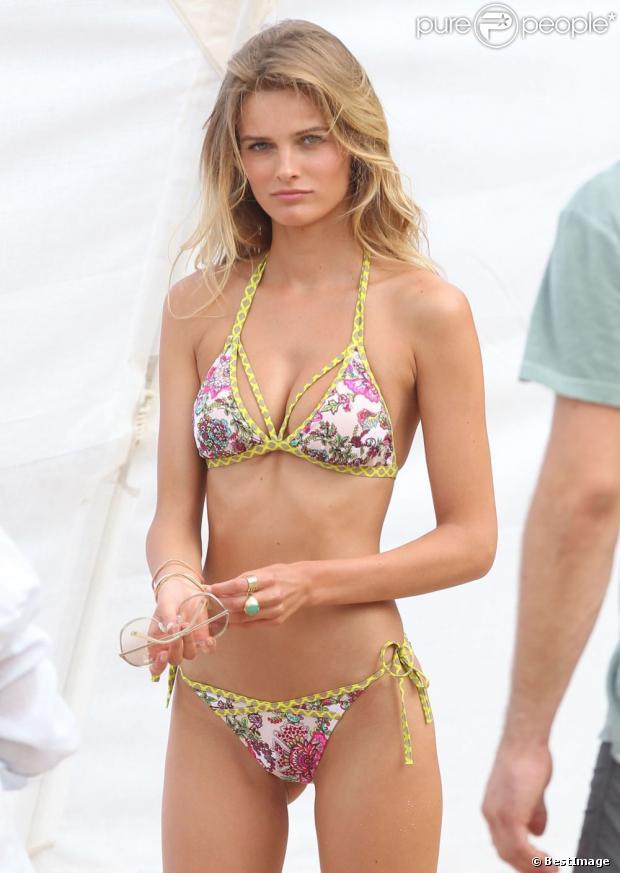 Edita Vilkeviciute exécute son numéro de séduction au cours d'une séance photo pour Victoria's Secret sur une plage à Saint-Barthélemy. Le 27 janvier 2013.
