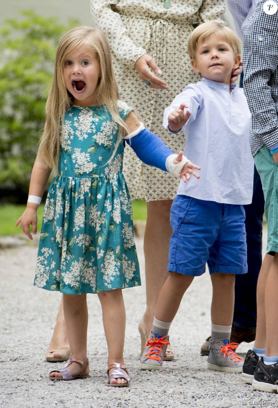 Malgré son bras dans le plâtre, la princesse Josephine, 4 ans, était déchaînée ! La princesse Mary et le prince Frederik de Danemark, avec leurs quatre enfants (Christian, Isabella, Vincent et Josephine), assistaient le 19 juillet 2015 dans la cour du château de Grasten à la parade d'une association de cavaliers.