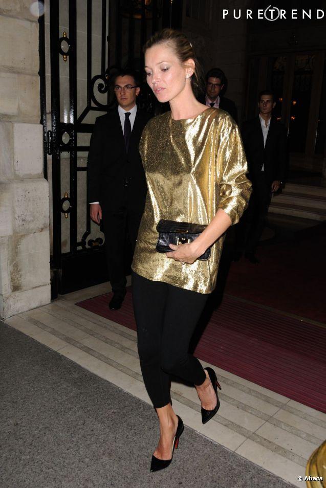 Kate Moss est arrivée avec un haut assez large en lamé doré très glitter et un legging noir. Un look simple mais efficace.