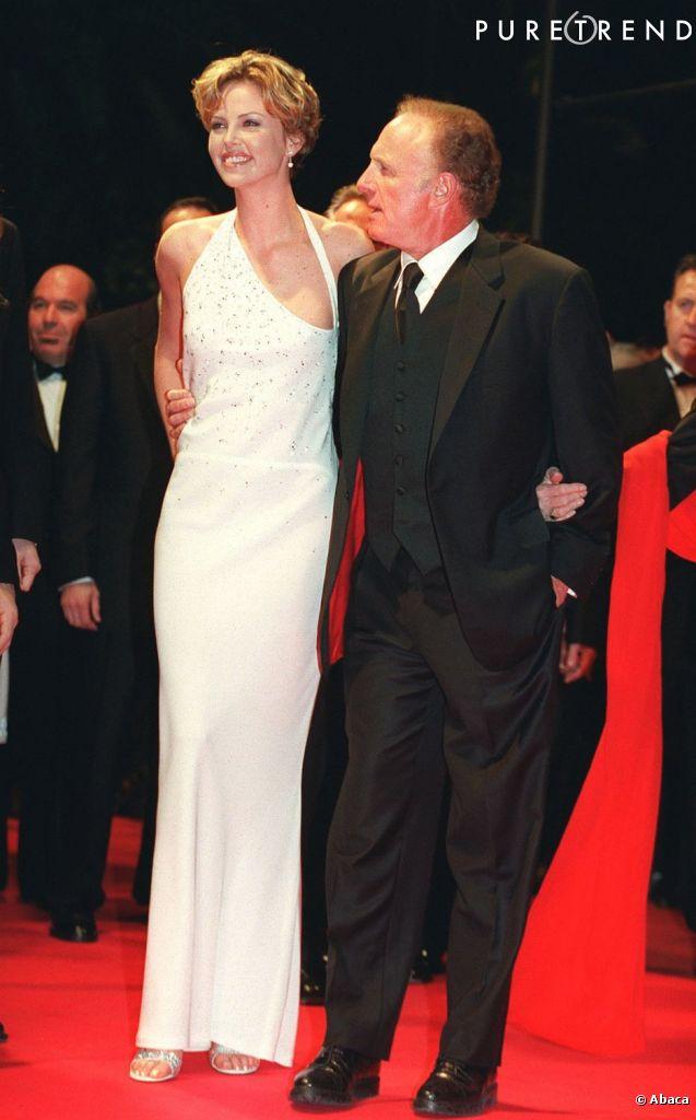 Charlize Theron plutôt minimaliste lors de son premier passage à Cannes en 2000.