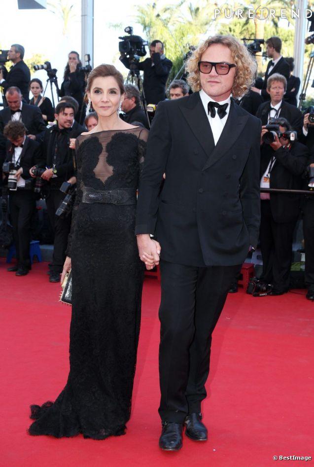 En vraie modeuse, c'est au côté de Peter Dundas que Clotilde Courau monte les marches en 2013.