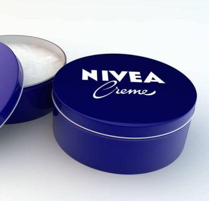 La crème Nivea : les utilisations et bienfaits méconnus de ce produit culte  - Puretrend