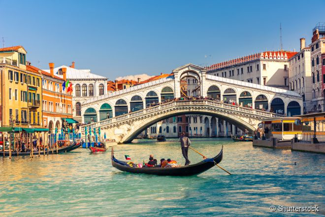 A Ponte Rialto é um dos principais pontos turísticos de Veneza