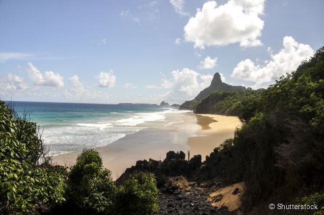 A praia do Bode tem uma bela vista para o morro Dois Irmãos, de um lado, e para o morro do Pico, do outro