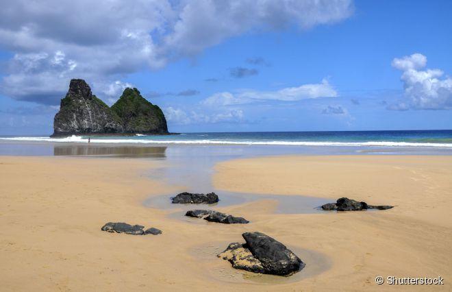 A praia da Cacimba do Padre é famosa por abrigar o icônico morro Dois Irmãos