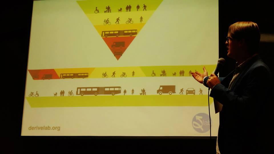 La pirámide de prioridad debe dejar de ser una política poética; debe dejar de ser un escudo para separar y aislar la ciudad, espacios y sus habitantes; debe ser una manera real de priorizar y de Re-Organizar la vida en la ciudad de tal manera que sea una ciudad compartida y para todos. foto: Fernando Valerdi