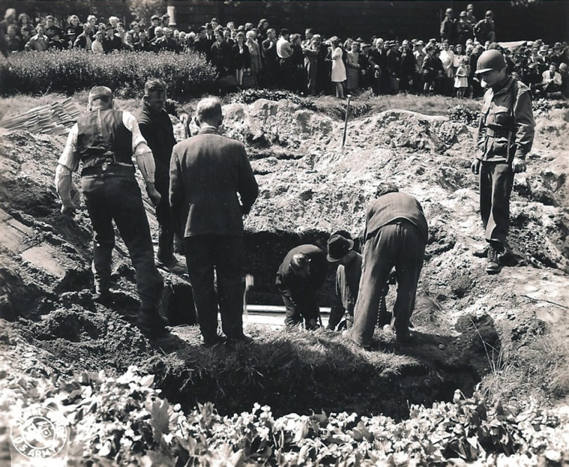 When the Allied forces entered in Germany, they progressively discovered the atrocities committed by the Nazis. The men of the 17th Airborne found such abuses, especially in Duisburg, where they discovered a Russian mass grave. The caption reads: