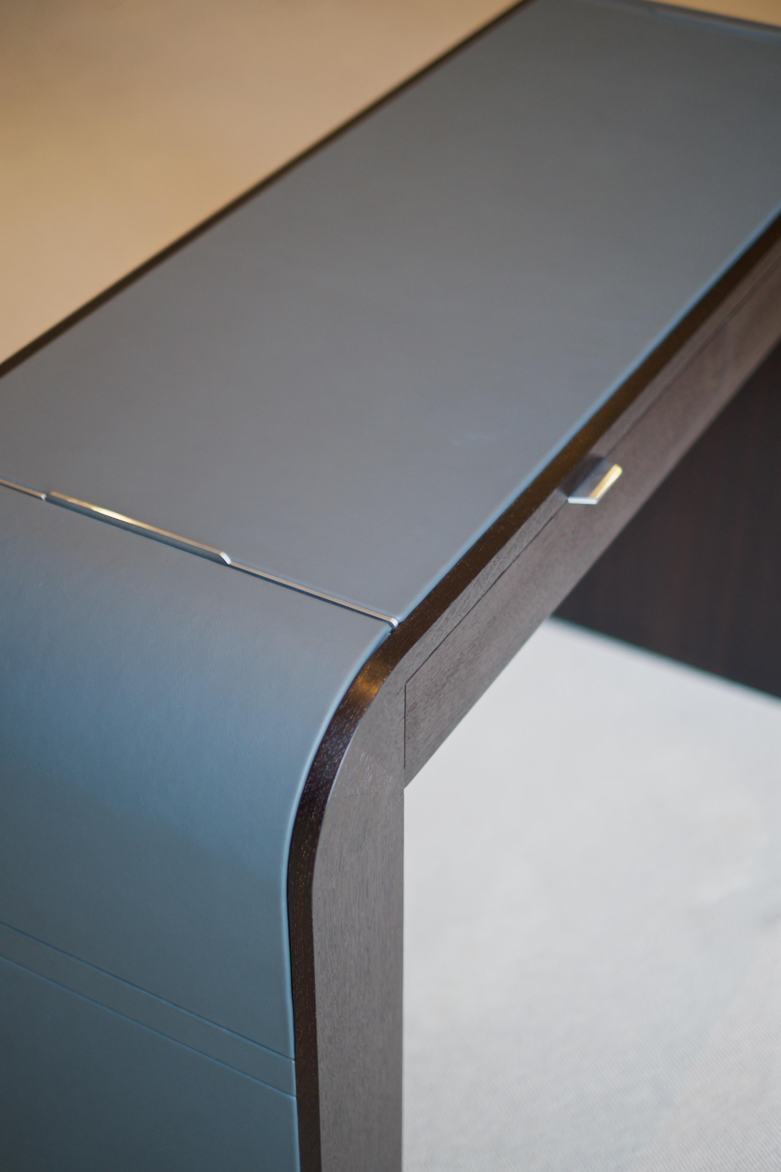 le bureau de l agent close up of the left hand side of the