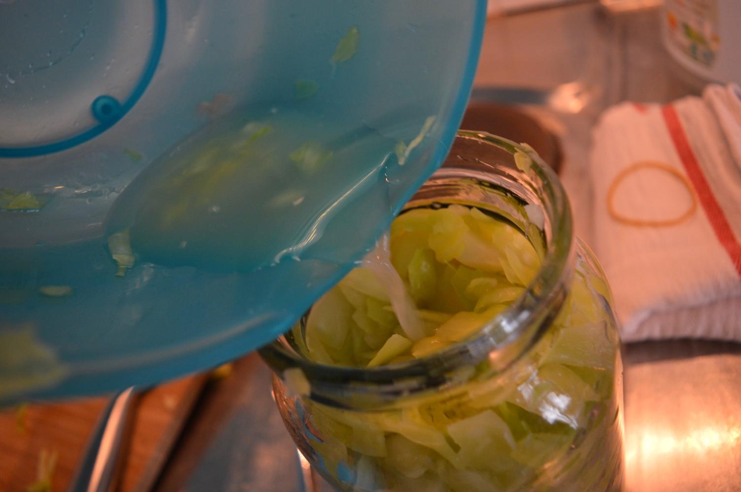 Vätskan kålen ger ifrån sig under massagen är viktig! Spill inte när du häller över den i burken :)