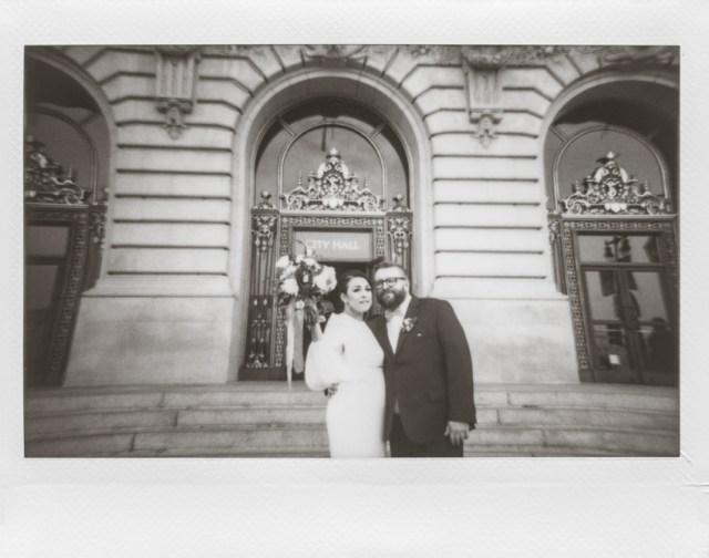Photographie polaroid de mariage à l'hôtel de ville de San Francisco