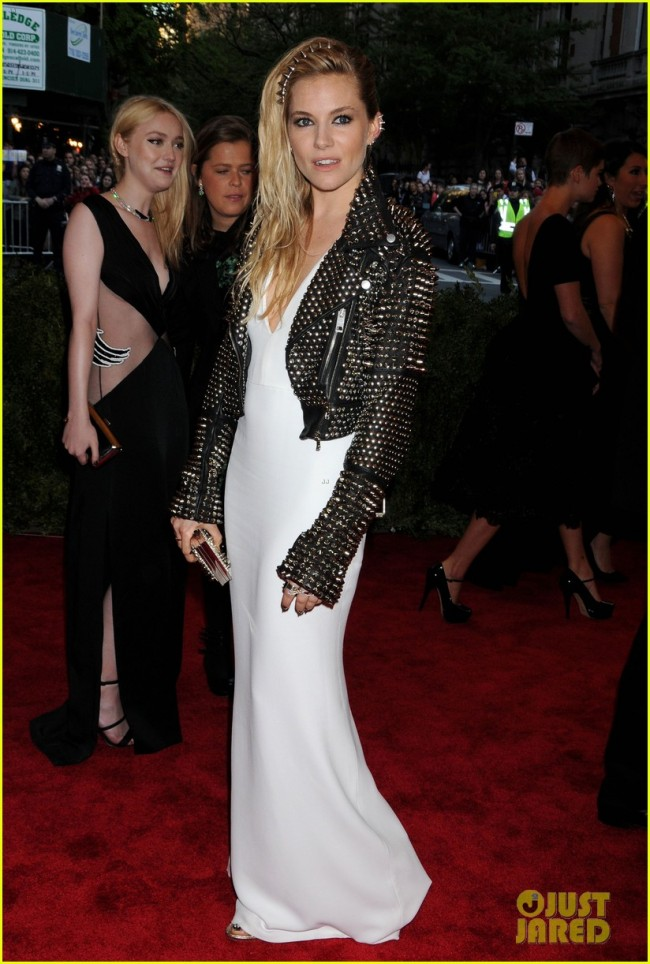 sienna-miller-tom-sturridge-met-ball-2013-red-carpet-01