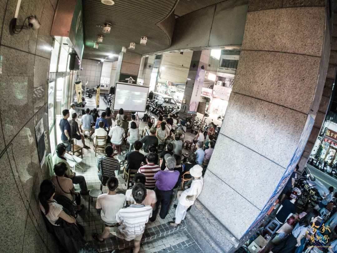 現場不分男女老幼擠滿了來看電影的人。 圖/今秋藝術節提供