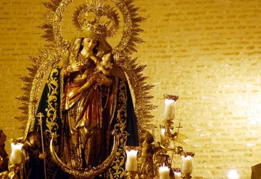 Reina de Todos los Santos con el manto verde