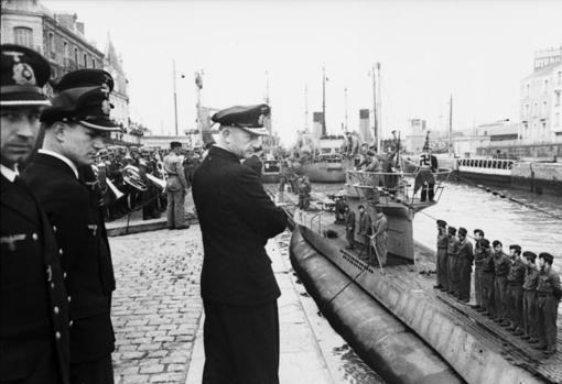 Dönitz supervisa un submarino alemán