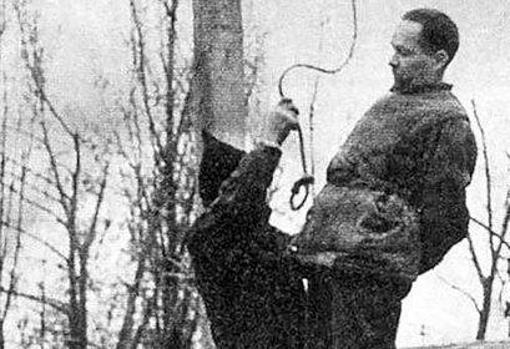 El verdugo prepara la ejecución del comandante del campo de concentración