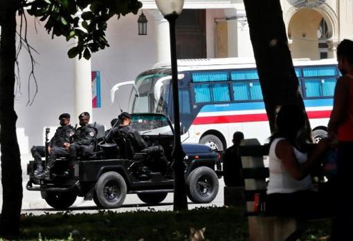 Policías de una brigada especial, cerca del Paseo del Prado en La Haban