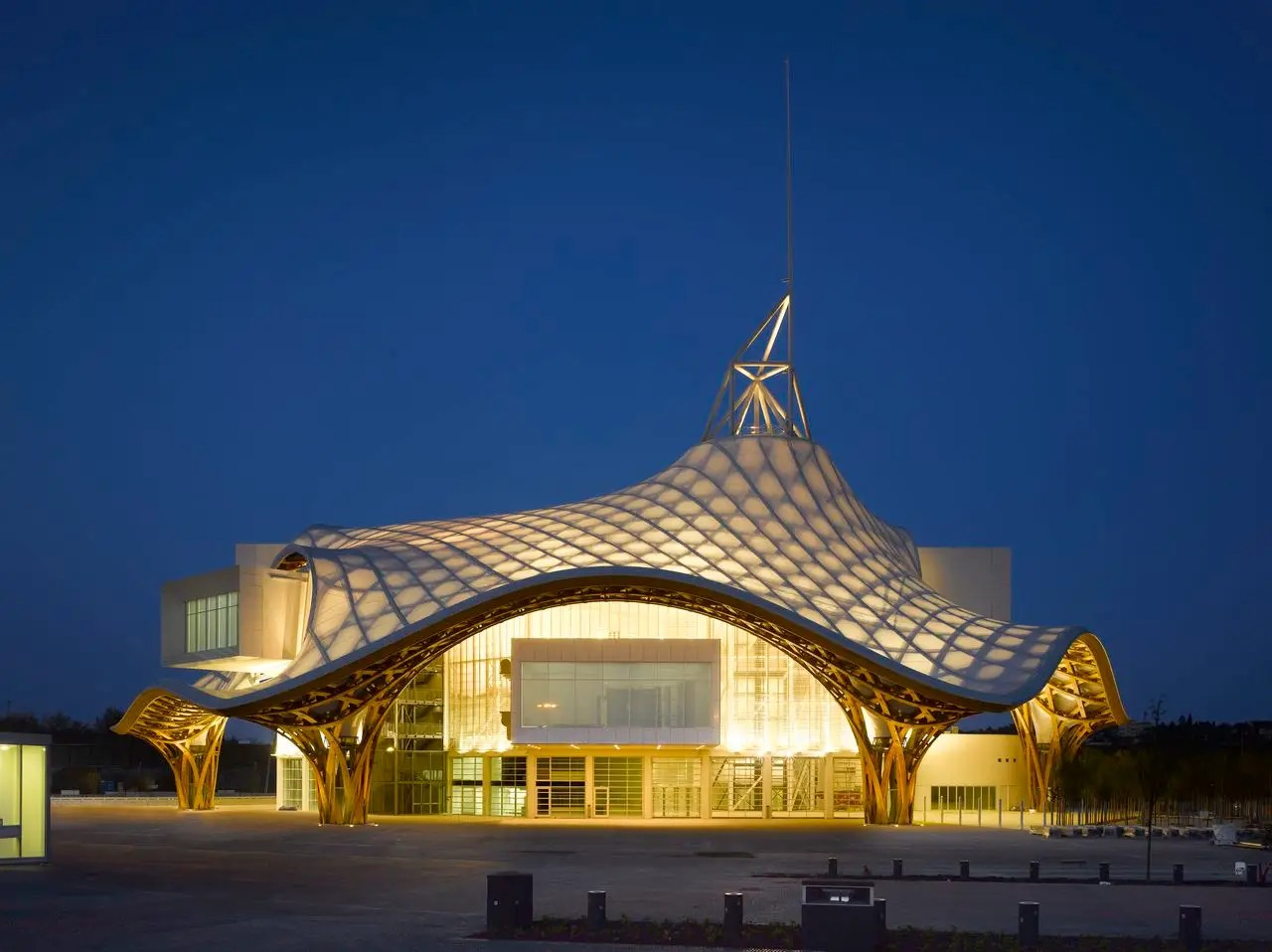 The Centre Pompidou-Metz in Metz, France has a lattice roof inspired by a Chinese bamboo hat.