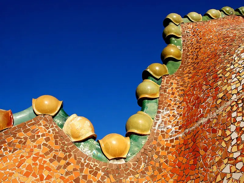 The arched roof of the Casa Batlló evokes a dragon's back.