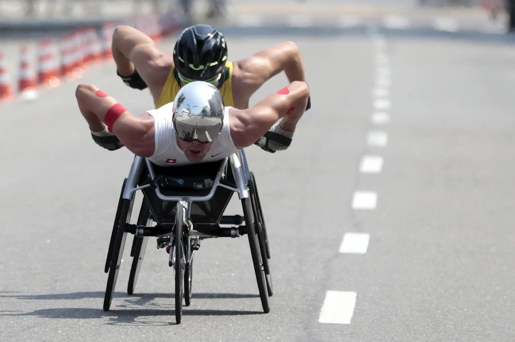 Dos corredores compiten en la maratón en silla de ruedas.