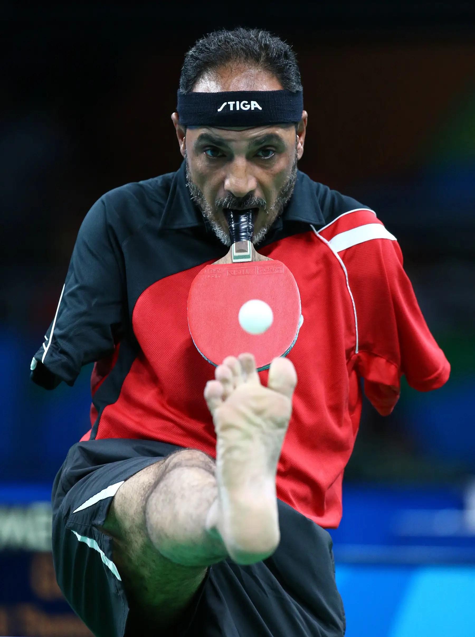 Ibrahim Hamadtou, de 43 años de edad, egipcio, compite en tenis de mesa a pesar de no tener brazos.