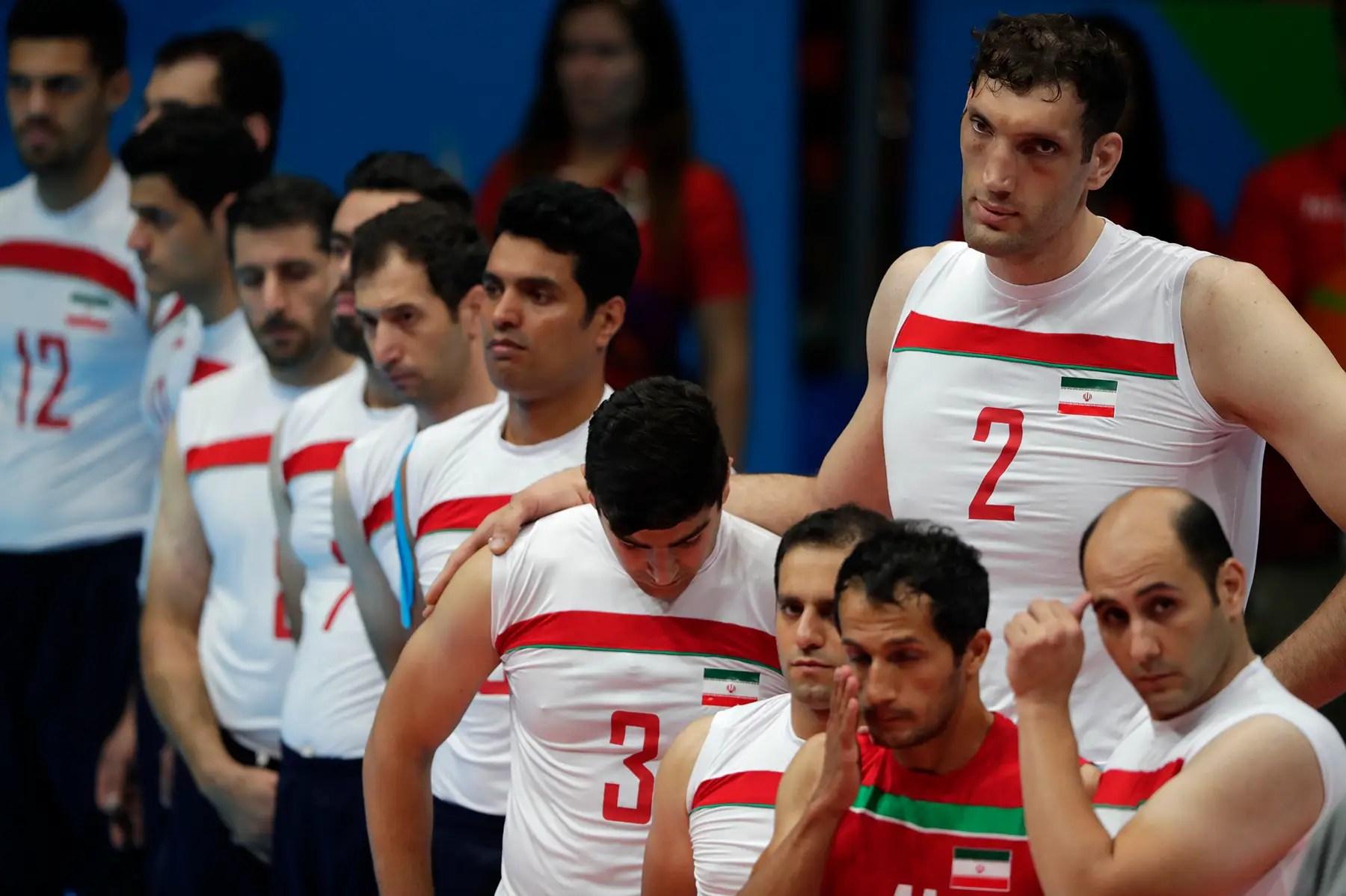 Los miembros del equipo de voleibol de estar Equipo de Irán observan un minuto de silencio por el ciclista iraní Bahman Sarafraz Golbarnezhad que murió de un ataque al corazón después de un accidente en los Juegos Paralímpicos de Río.