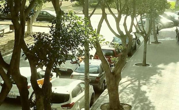 Los estacionamientos en doble fila son frecuentes.
