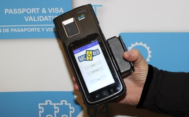 Un dispositivo para controlar los pasaportes de manera digital.