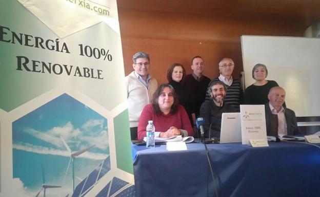 Lidia Gancedo, José Álvarez y Francisco Rodríguez, rodeados de cooperativistas./E.C.