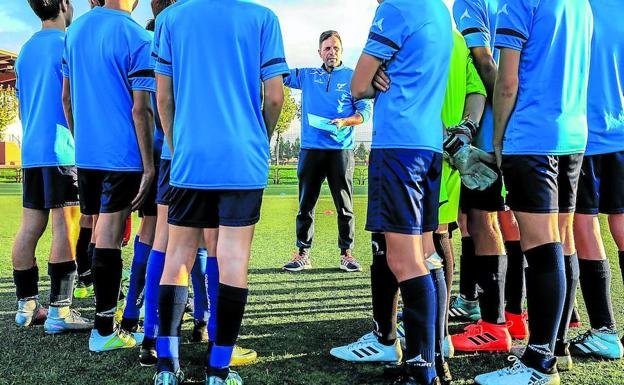 El director deportivo del Comillas, Miguel Ángel Caro, da instrucciones a uno de los equipos en el que juegan futbolistas afectados por el veto a los riojanos en Oion./IÑAKI ANDRÉS