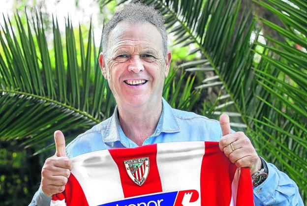 Joaquín Caparrós poses in Seville on Tuesday with a shirt that Athletic used when he was their coach.