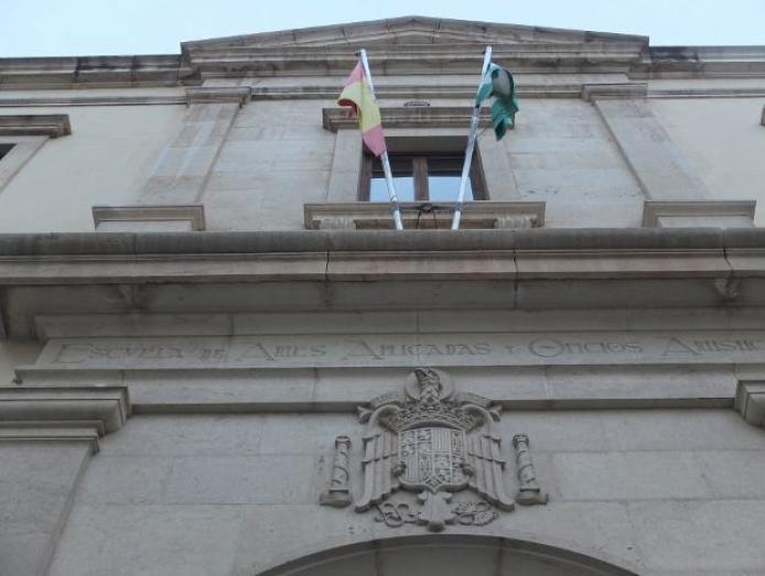 La Junta inicia el proceso de retirada del escudo franquista de la Escuela  de Artes de Almería | Ideal