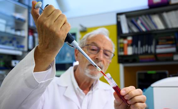 CSIC virologist Luis Enjuanes develops a vaccine against covid-19.