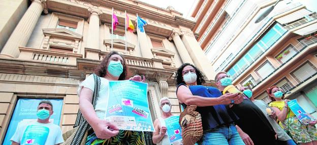 Several citizens are concentrated, yesterday, against the rise in electricity and bank commissions, together with the Bank of Spain (Murcia).
