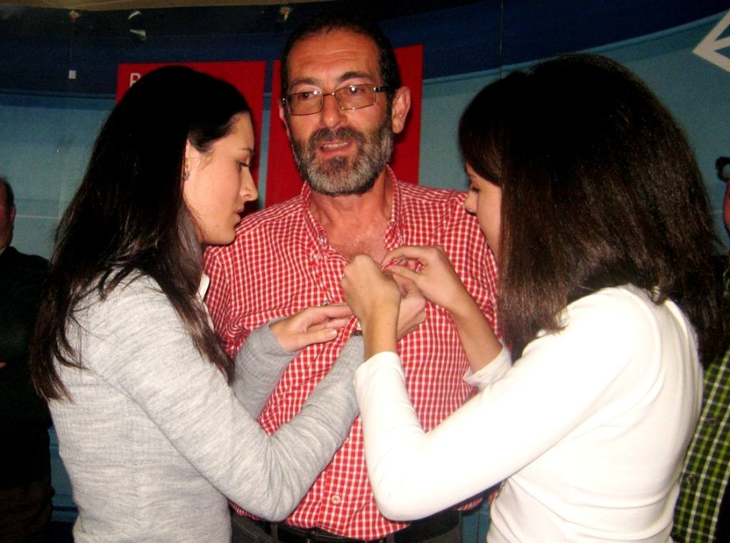 The two daughters of Antonio García Martínez-Reina with their father at a PSOE tribute dinner
