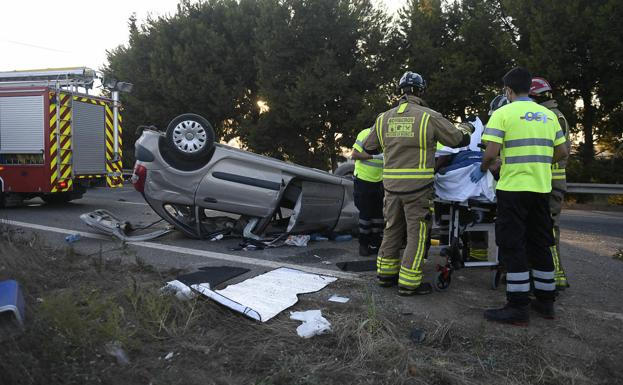 Firefighters and health workers attend to the injured in a traffic accident on the AP-7, in San Javier.