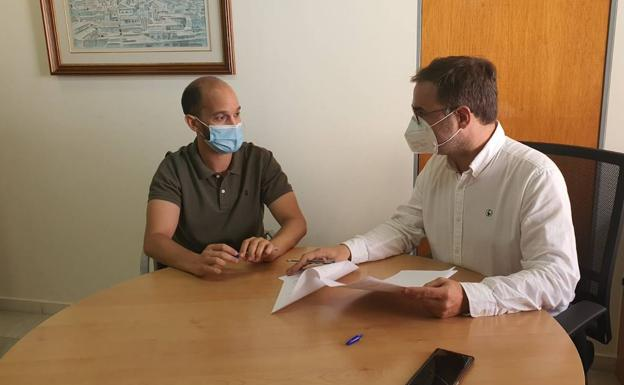 The councilor for Health (left) together with the mayor of Lorca, (right).