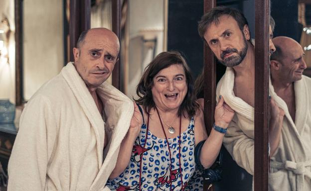 Ana Murugarren between Pepe Viyuela and José Mota in the filming of 'García y García', which opens in theaters this Friday.