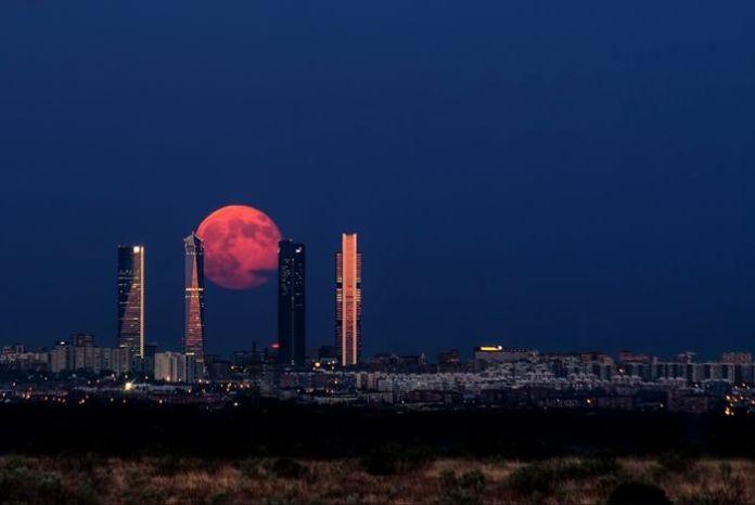 Mặt Trăng máulên trên thành phố Madrid, Tây Ban Nha.